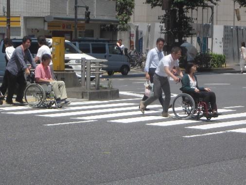 街で車いすの移動を体験