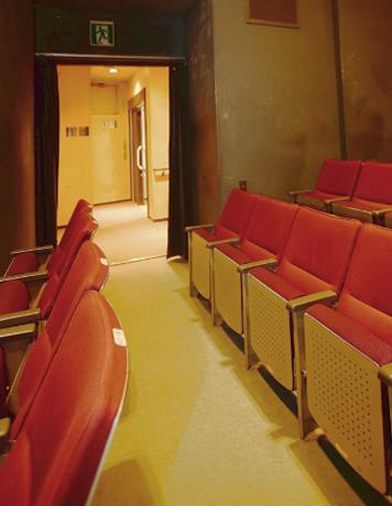 俳優座 観客席から直通の、最も近いトイレがバリアフリートイレに改修されました。