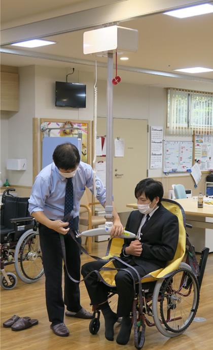清瀬療護園見学 見学会では天井走行リフトの体験ができました。