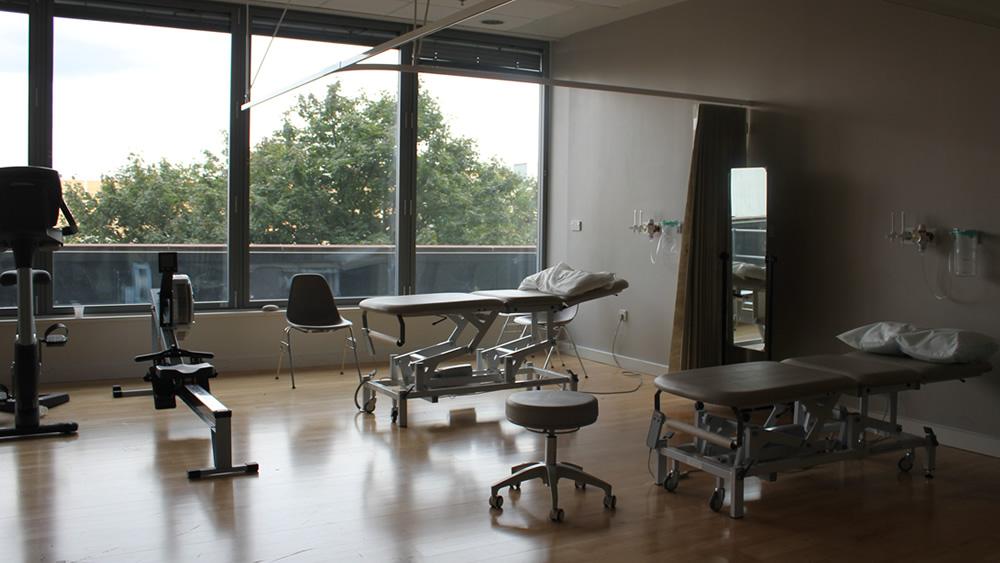 NHSロイヤルロンドン病院 設置 3セクション トレーニングテーブルw.jpg