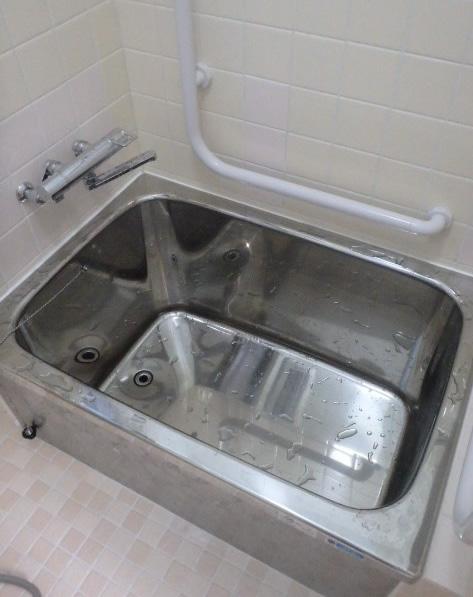 浴槽の改修と手すりの設置。低い縁で浴槽の出入りが容易になりました。また、L字形手すりで立ち座りが容易で安全になりました。