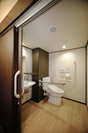俳優座 スマートトイレは、劇場の品位にあわせて扉には特別色を採用しました