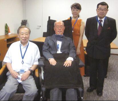舩後議員を囲んで。左 伊東当協会長、右後方ALS/MNDサポートセンターさくら会・川口有美子さん、右端 萩原当協会副会長