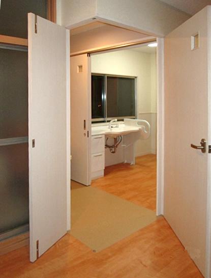 和室に洗面と脱衣室、浴室を持って来て、寝室前に車イスで回転できるスペースを作りました。住宅改修。