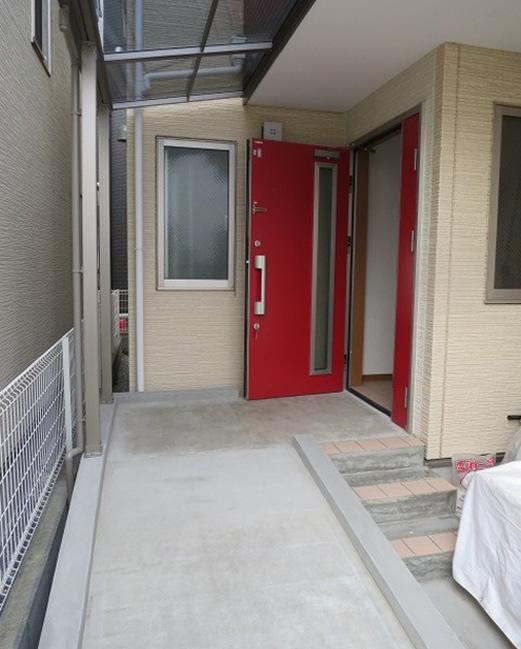 扉の吊元を変えた段差のない広くフラットな玄関
