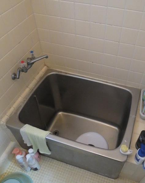 浴槽の改修と手すりの設置。高い縁で跨ぐ動作が変です。滑りやすい浴槽では立ち座り時には転倒の危険がありまいた。