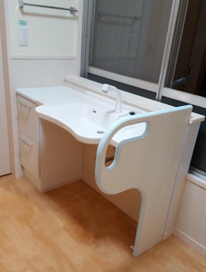 洗面台は車いすのままで使用できるものに変更しました。住宅改修。