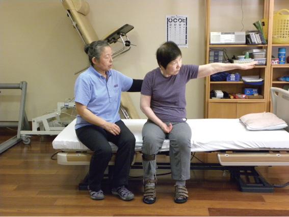 座位バランス訓練:体幹を安定させる基礎トレーニングのひとつです。