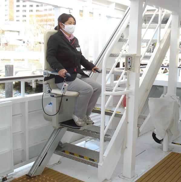 船内2階デッキへの階段に設置された、いす式階段昇降機