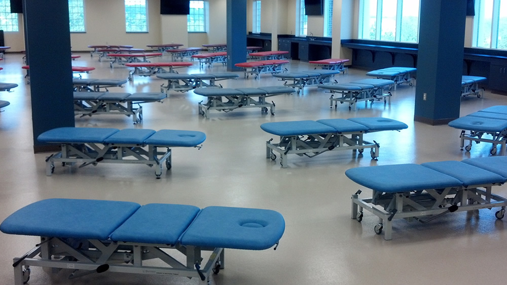 大学のセラピー室への設置 3セクション トレーニングテーブルw.jpg