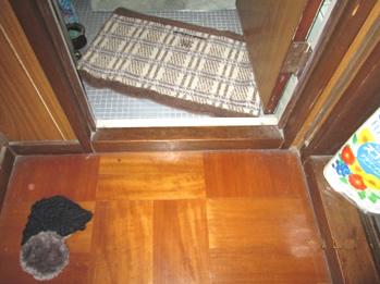 住宅改修。入口に段差のあるトイレ