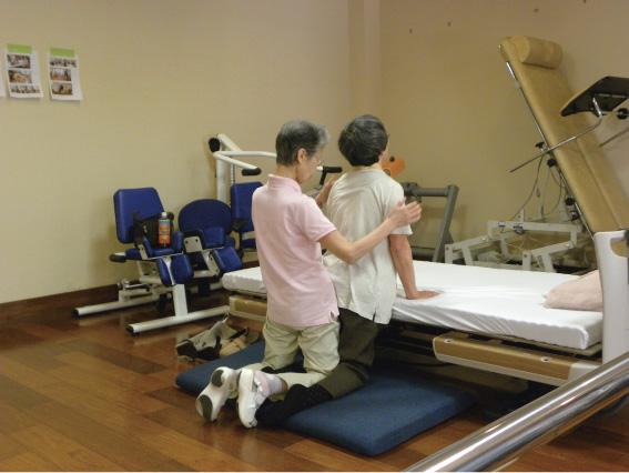 膝立ちバランス訓練:体幹を安定させて基本動作を再学習します。