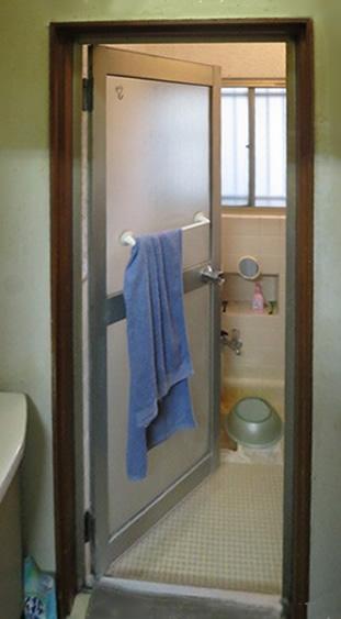 浴室の出入りドアの改修。内に開くドアで、浴室内で人が倒れた場合、体が邪魔で外から開かなくなる恐れがある。