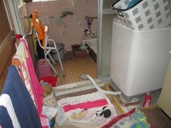 住宅改修。狭い洗面所と入口に段差があり、浴槽が深い浴室。