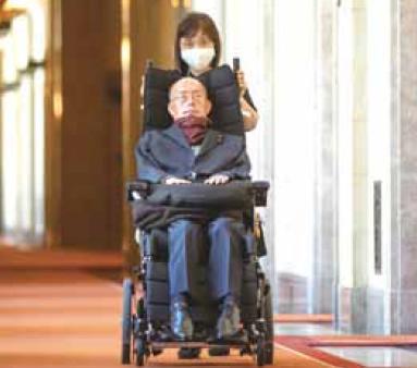 国会議事堂内を歩く ALS・呼吸器使用の舩後靖彦 参議院議員