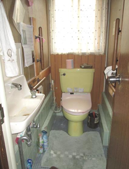 住宅改修。入口もスペースも狭いトイレ。