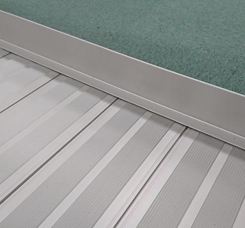 手すり付き大型スロープ 床パネルは脱輪防止エッジ付き。滑りにくいスロープ表面のデザイン