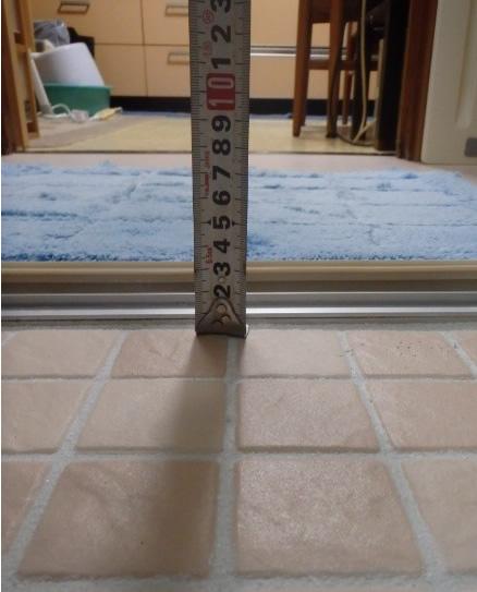 浴室出入り口の段差解消。浴室床面を高くして段差をなくすると共に、床材も滑りにくい素材に変更し、転倒の危険を抑えました。