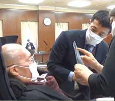 文教科学委員会での様子 ALS・呼吸器使用の舩後靖彦 参議院議員