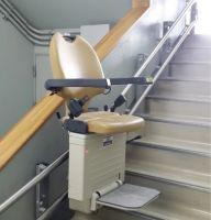 福井県立大野高等学校。 障害を持った学生の受け入れのために設置。エレベーターと違い、大規模改修の必要もなく短期間で完了。(詳細無し)